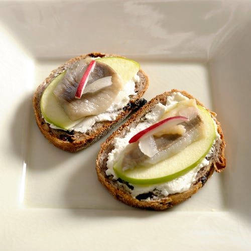 PICKLED HERRING CANAPE WITH GOAT CHEESE AND GREEN APPLE
